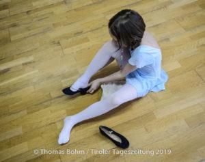 Mädchen zieht Ballettschuhe an - Kinder lernen in Ballettschule Anne's Studio in Innsbruck Pradl Ballett / Tanzen Sport Freizeit Kinder / Foto: Thomas Boehm 2019 04 11 ( böhm )